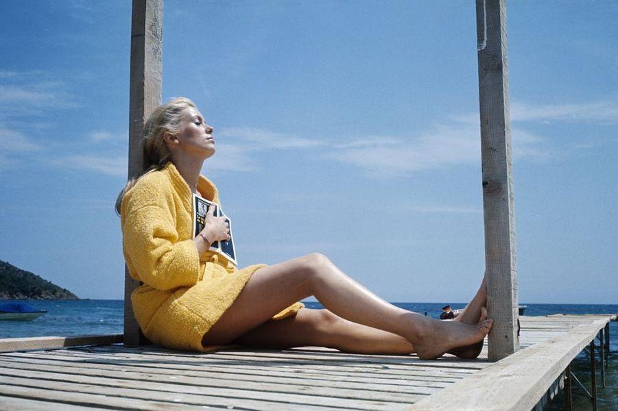 1968. Catherine Deneuve a 24 ans et déjà tourné 20 films. Elle vient de tourner «La Chamade». Ici, elle est en vacances à Saint-Tropez après un tournage éprouvant entre les grèves de mai 68. Avec une Françoise Sagan qui quitte le film pour aller à la Sorbonne et le réalisateur qui va aux états généraux du cinéma. Le film s'achève à Saint-Tropez par une baignade qui a nécessité 24 prises. Chaque fois Catherine Deneuve courait à la mer avec le sourire malgré une eau à 16 degrés .