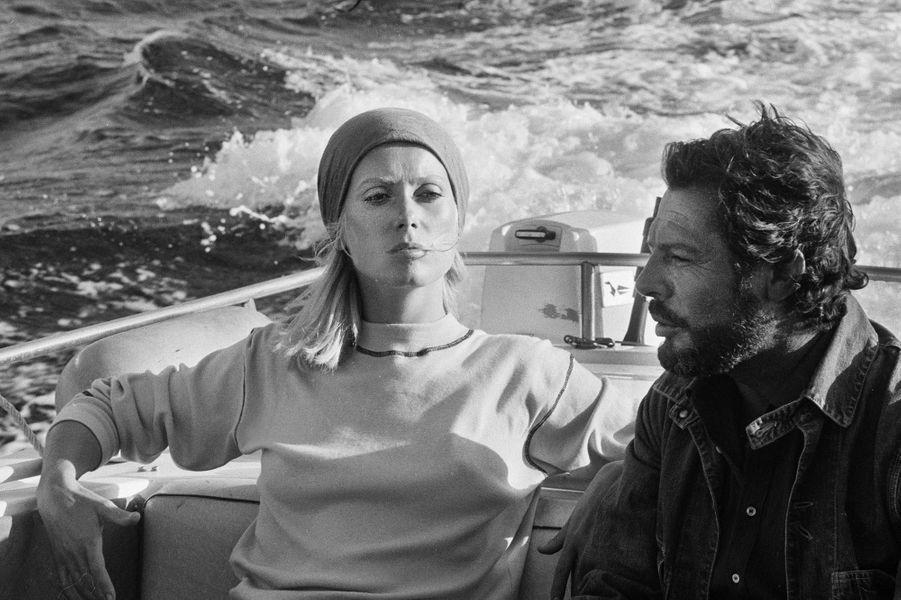 Été 1971. Sur une île sauvage de la Méditerranée : c'est là que Catherine Deneuve et Marcello Mastroianni se retrouvent devant la caméra de Marco Ferreri pour tourner dans «Melampo». C'est la seconde fois qu'ils tournent ensemble. Ils se sont connus sur le film «Ça n'arrive qu'aux autres» de Nadine Trintignant, au mois de janvier de la même année.
