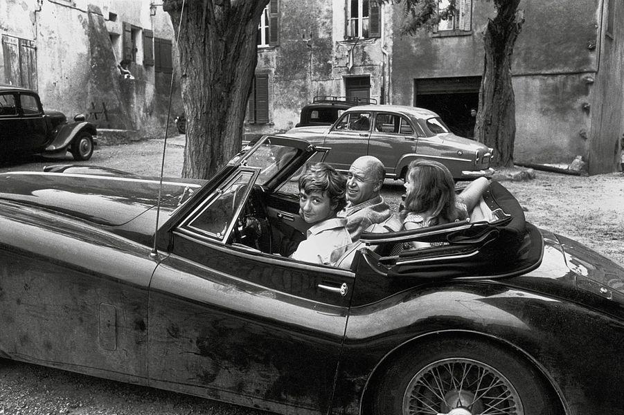 Été 1956. Françoise Sagan a 21 ans et vit à 200 km/h comme ses bolides qu'elle adore et qu'elle conduit à tombeau ouvert. Elle achète ses voitures sur un coup de tête, rentre dans un magasin et dit «je veux une Jaguar tout de suites», on lui propose une noire d'occasion qu'elle paye cash, elle l'échange peu de temps après contre une neuve. Sa dernière acquisition, une voiture de course Gordini qu'elle conduit à 240 kilomètres à l'heure sur l'autoroute. Ici dans sa Jaguar XK 140 toute neuve à Saint-Tropez avec le réalisateur Otto Preminger qui va adapter au cinéma «Bonjour Tristesse».