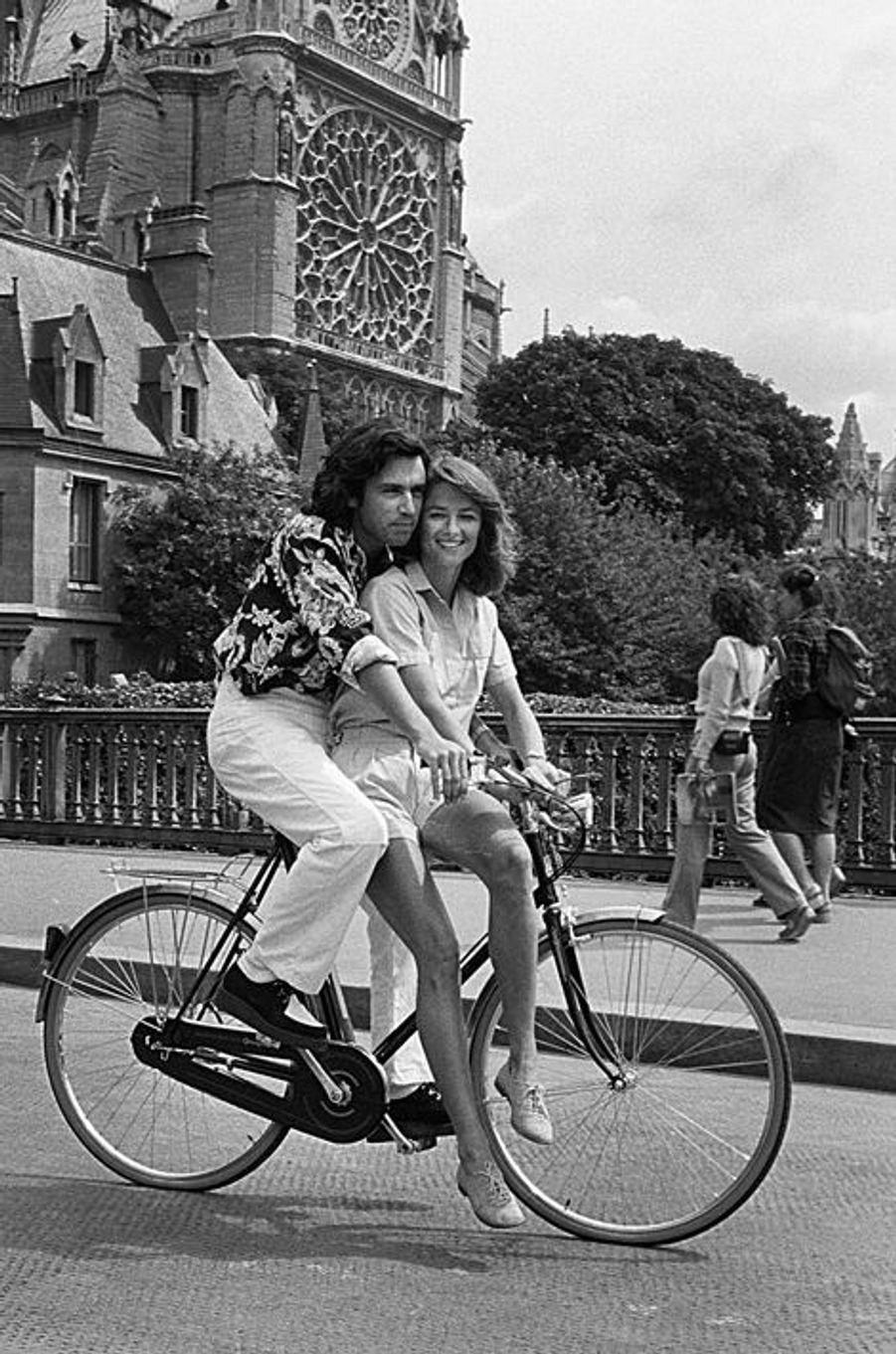 Août 1980. Vacances à Paris pour Jean-Michel Jarre et son épouse Charlotte Rampling. Promenade romantique à vélo autour de Notre-Dame. Ils se sont mariés en 1978 et divorceront en 1997.