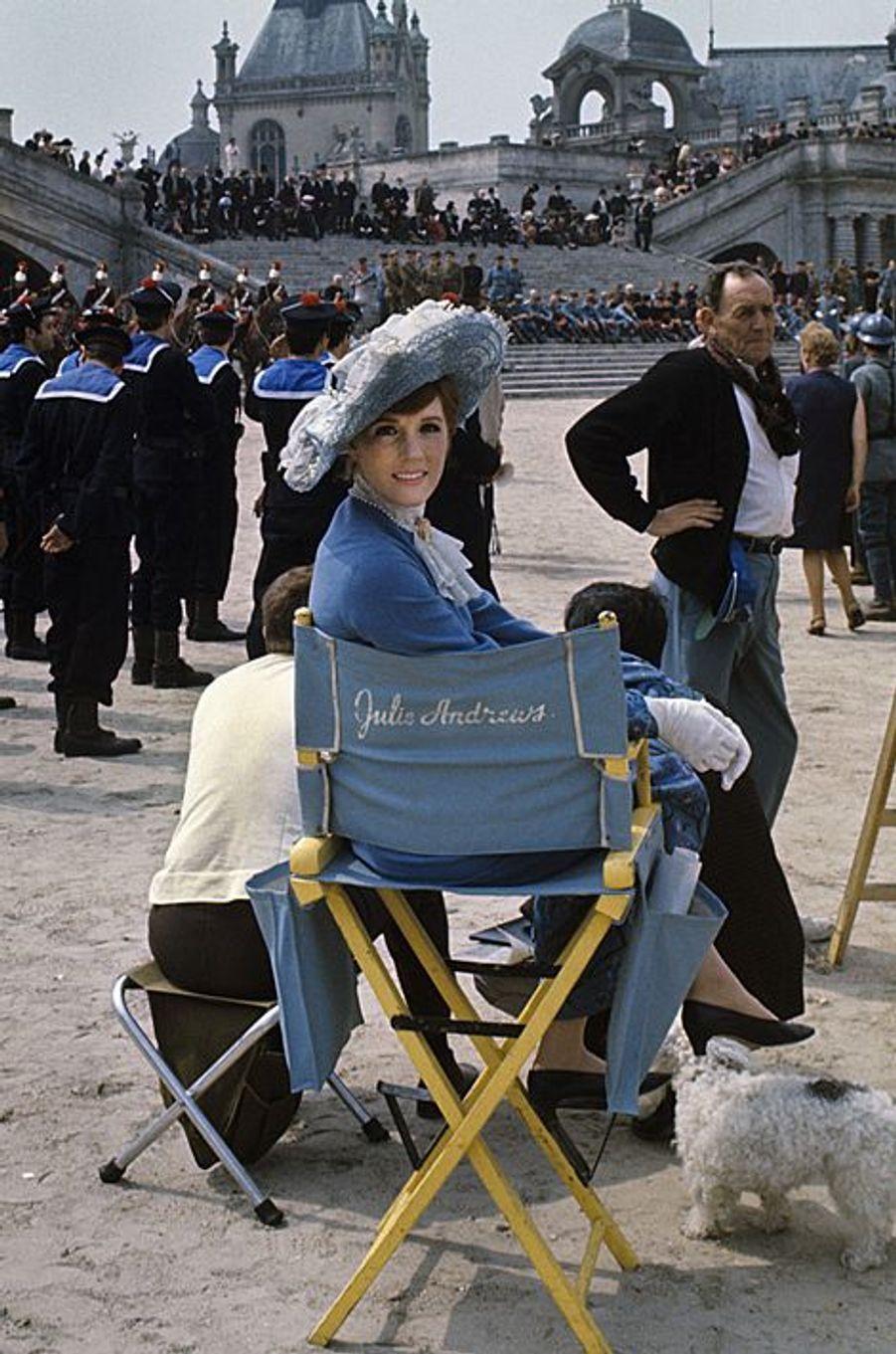 Août 1968. Pas de vacances pour Julie Andrews. Pourtant elle est à Paris mais c'est pour le tournage d'un film. En sortant de son hôtel situé juste en face de l'ambassade d'Angleterre, elle s'engouffre dans une DS noire. Il pleut et elle dit au chauffeur «encore la pluie ! Quel dommage que la Paramount ne puisse pas acheter le soleil !». La voiture part pour le Château de Chantilly où le metteur en scène américain Blake Edwards tourne une comédie musicale «Darling Lili». Julie Andrews a 32 ans et elle est la star la plus payée au monde.