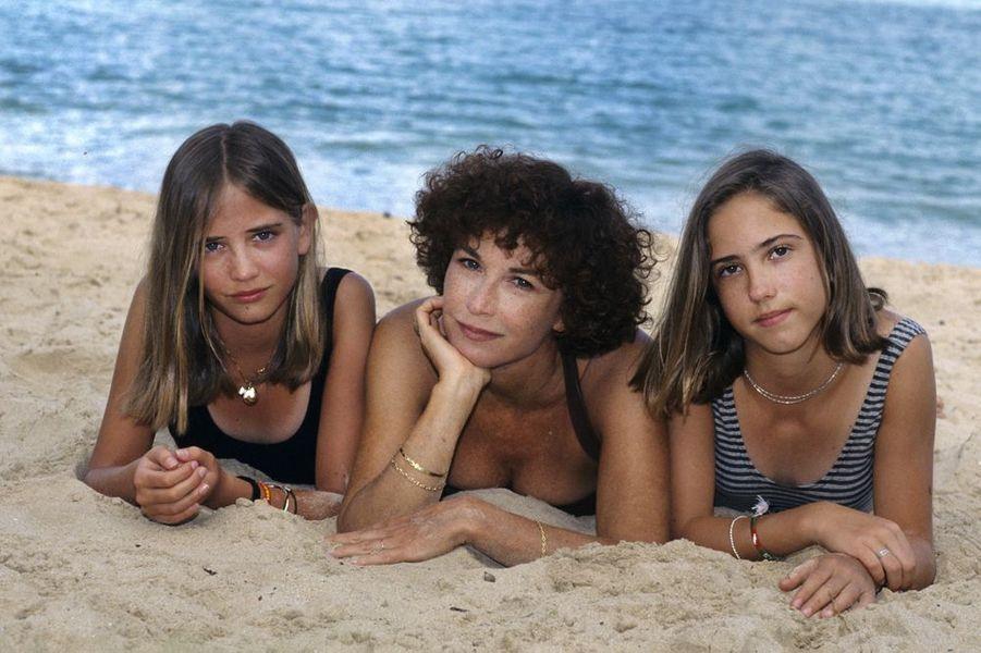1993, Marlène Jobert en vacances aux Antilles au domaine de Lonvilliers avec ses deux jumelles de 13 ans Eva (à gauche) et Joy (à droite ). Eva Green grandit avec sa sœur Joy dans le 17ème arrondissement à Paris, scolarisée à l'American School of Paris elle entame une formation théâtrale en suivant les cours d'Eva Saint Paul à Paris. En 2006, grâce à ses prestations dans «Les Innocents» et dans «Kingdom of Heaven», elle est choisie pour jouer la James Bond girl principale dans «Casino Royale». Joy, sa sœur jumelle vit une vie complètement différente. Elle est mariée à un conte italien et élève des chevaux.