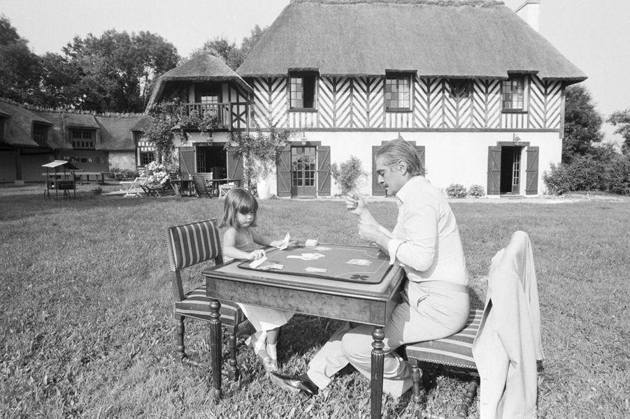 Été 1979, Omar Sharif, 47 ans, loue pour les vacances une grande villa sur les collines qui dominent Deauville. Le héros du «Docteur Jivago» est aussi l'un des joueurs de bridge les plus célèbres au monde, il donne ici une leçon de cartes à sa petite fille Marine qui a 6 ans.