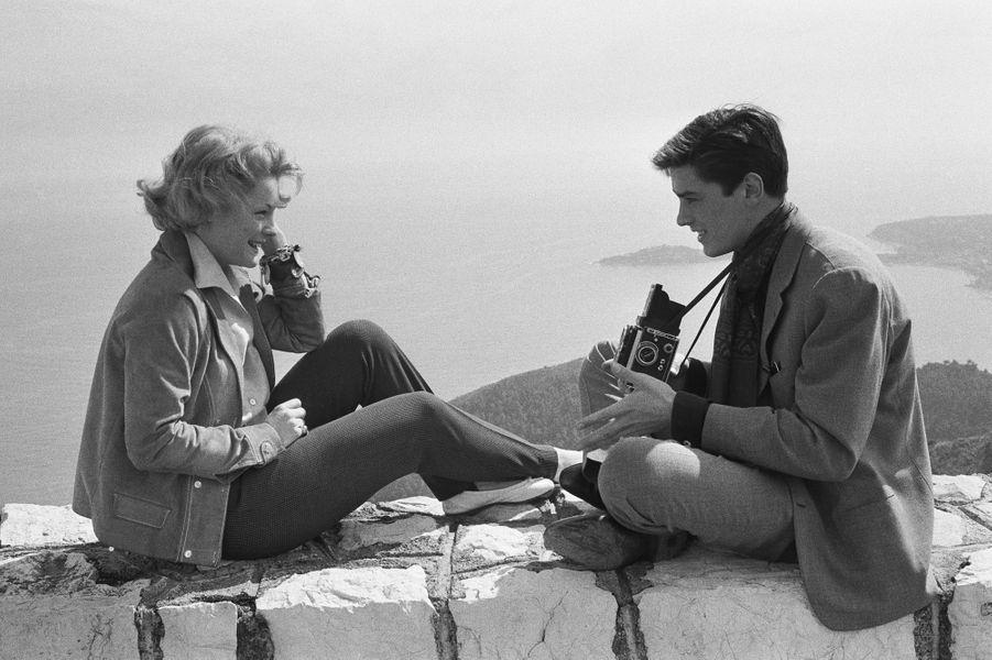 1959. Un mois après leurs fiançailles officielles Romy Schneider et Alain Delon passent leurs vacances sur la Côte d'Azur. Ils ont 24 ans tous les deux et s'aiment passionnément. Ils sont tombés amoureux l'un de l'autre un an plus tôt. Romy s'installe en France et devient une star grâce à son rôle dans les trois «Sissi» qu'elle tourne de 1955 à 1957. Mais la belle histoire d'amour avec Alain prend fin en 1963 et Romy entame une carrière aux États-Unis .
