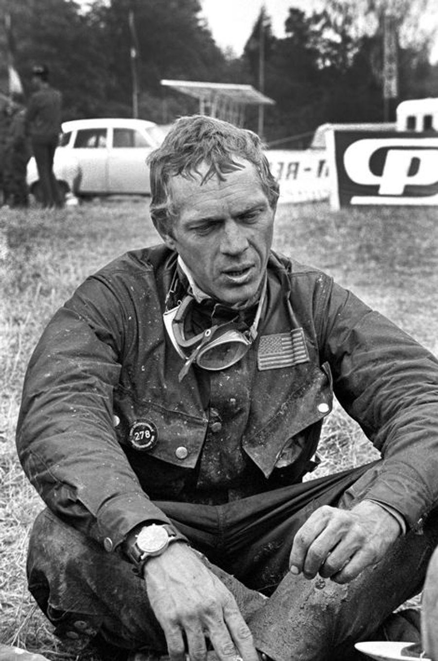 Juillet 1964. Pour Steve McQueen, les vacances c'est les potes, des engins à moteur de toutes cylindrées, et parler pendant des heures de carburateur, et de vitesse de pointe. Ici il est à Erfurt avec son équipe de mécanos, en Allemagne de l'Est pour participer au championnat du monde de moto-cross qui durent six jours. Il y a de la boue, des cigarettes, de la bière et sa bande. Steve est aux anges.