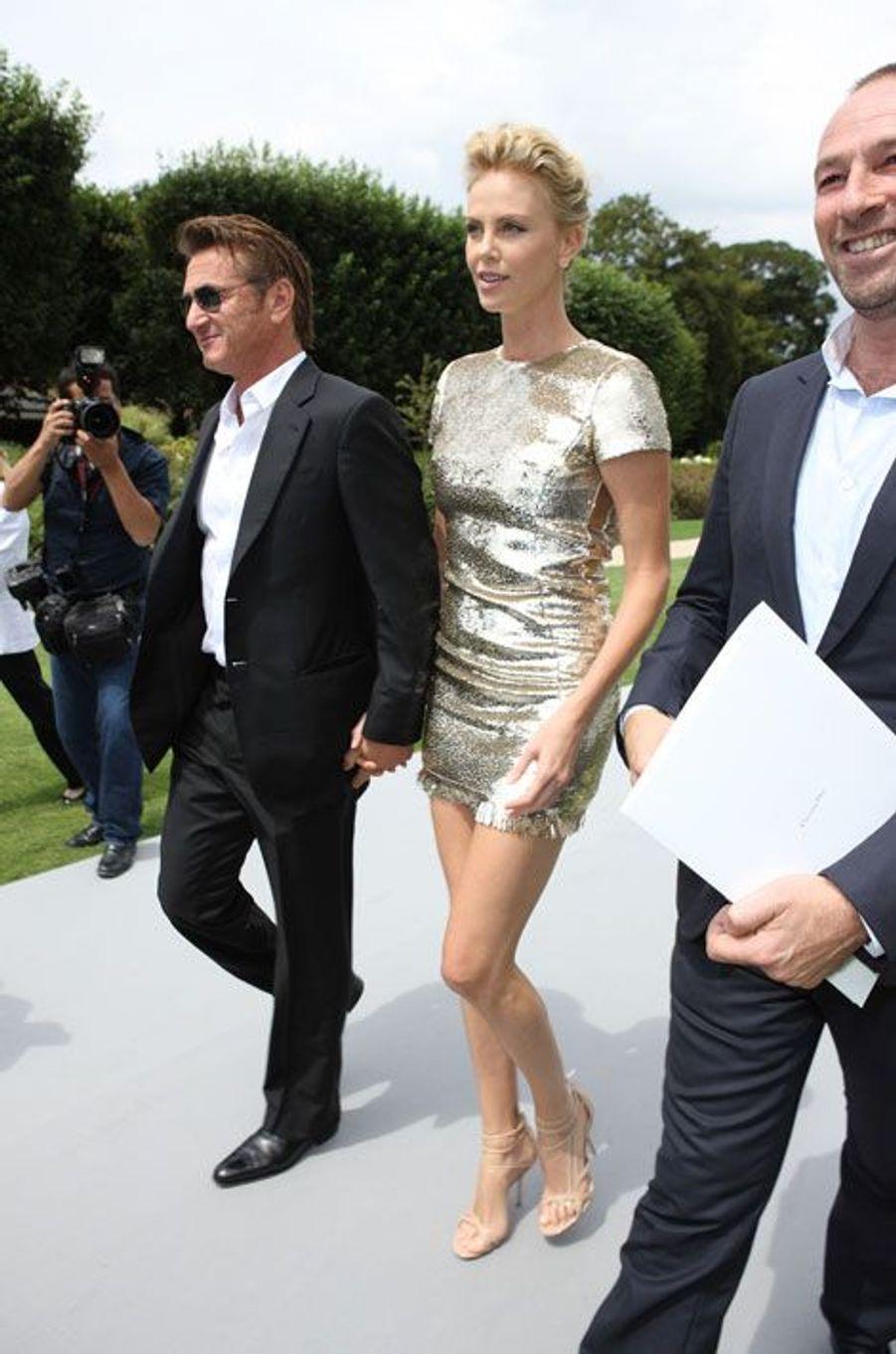 Charlize Theron et Sean Penn courent au défilé Dior