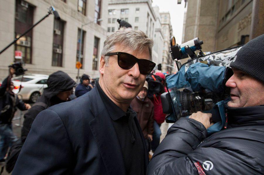 En février dernier, un photographe du«New York Post»a porté plainte contre Alec Baldwin, qu'il accusait d'avoir tenu des propos racistes à son encontre et d'avoir menacé sa collègue journaliste qui était avec lui. Quelques mois plus tard, en novembre, rebelote, cette fois avec des propos homophobes. L'acteur a en outre été renvoyé de l'émission qu'il animait sur MSNBC, après être apparu dans une vidéo –diffusée sur le site TMZ- sur laquelle on le voit s'énerver contre des paparazzi et proférer contre l'un d'eux des insultes homophobes.