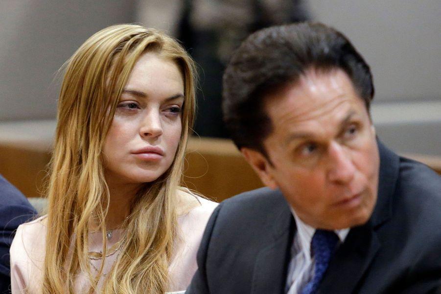 """Elle a failli retourner en prison en 2013, notamment pour avoir menti à la justice après son accident de voiture en juin 2012.Elle avait finalement été condamnée à 90 jours de """"rehab"""". Après en être sortie au printemps, on la pensait enfin calmée. Mais un nouveau scandale est venu tout remettre en cause. Barron Hilton, le petit frère de Paris, l'accuse d'avoir demandé à l'un de ses amis de le passer à tabac. Le jeune homme a indiqué qu'il allait porter plainte contre la rousse."""