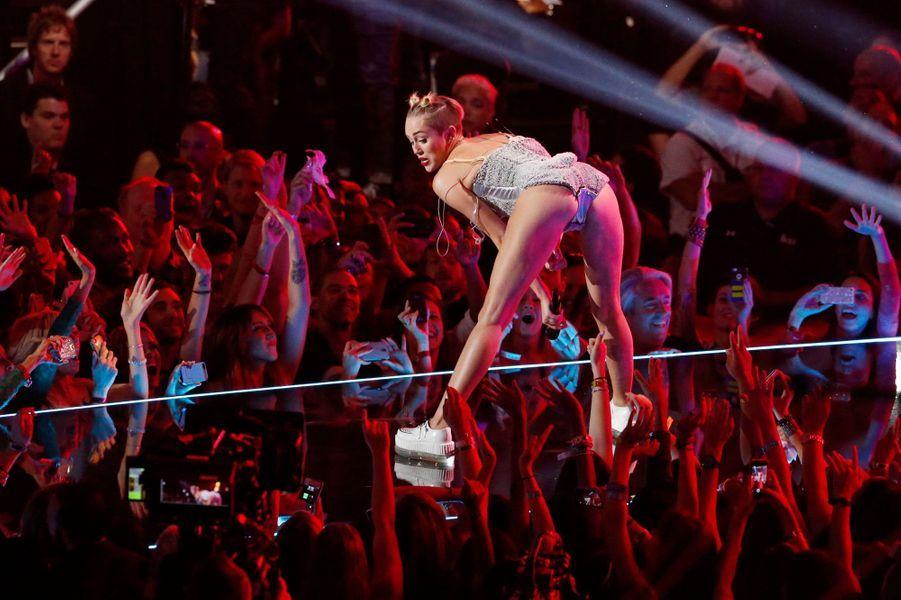 Sans conteste la scandaleuse de l'année. La jeune chanteuse de 21 ans frappé fort dès la sortie de son clip «We can't stop», dans lequel elle danse avec des ours en peluche, se tripote, et fait l'apologie de la fameuse drogue Molly. S'en sont suivies ses apparitions aux MTV Video Music Awards – où en petite tenue, elle a twerké avec Robin Thicke et a choqué ses fans de la première heure – ou encore aux MTV Europe Music Awards, au cours desquels elle a sorti un joint de son sac. N'oublions pas non plus son fameux clip «Wrecking Ball», où Miley se balance nue sur une boule de bulldozer et lèche un marteau.