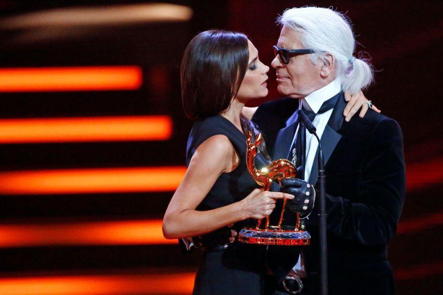 Les Bambi Awards, prix décernés à Berlin aux personnalités de l'année dans le domaine de la musique, du cinéma, mais aussi de la mode, du sport et de l'économie, se sont déroulés jeudi soir à Berlin. Victoria Beckham a remporté le Bambi dans la catégorie styliste de l'année des mains de Karl Lagerfeld.
