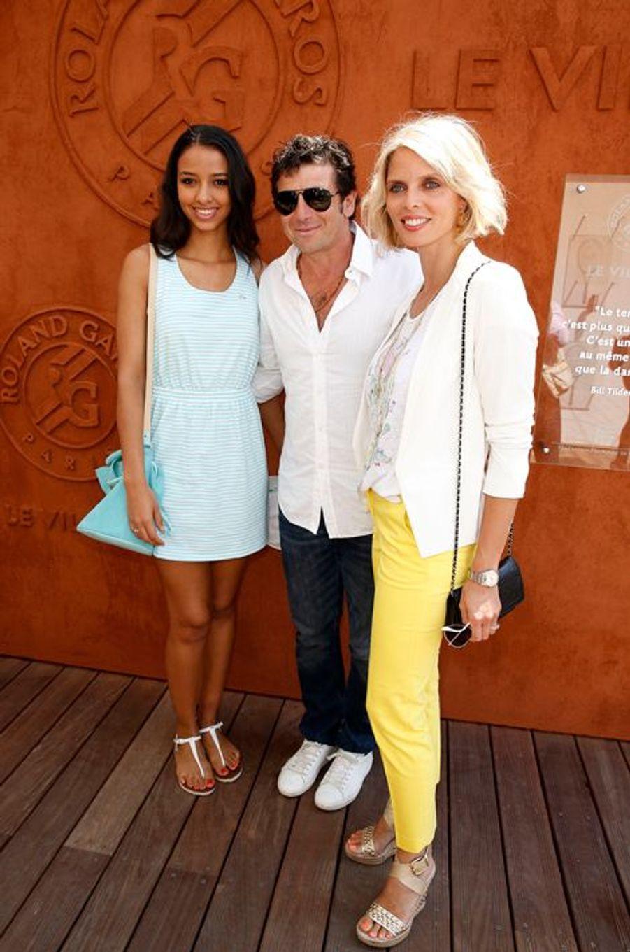 Flora Coquerel à Roland-Garros, avec Patrick Bruel et Sylvie Tellier, à Paris, le 8 juin 2014