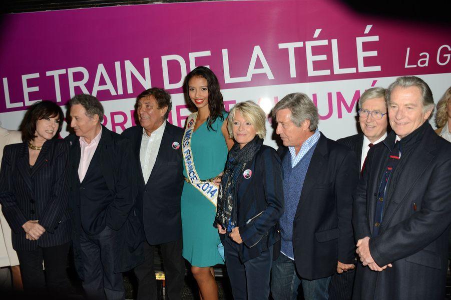Flora Coquerel, avec divers présentateurs TV, à l'inauguration du Train de la télé à la Gare de Lyon à Paris, le 6 octobre 2014