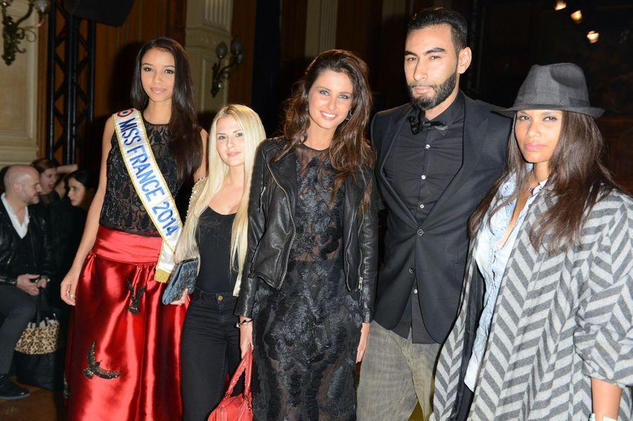 Flora Coquerel, avec Malika Ménard, La Fouine et Angel Show Toun, au défilé Oscar Carvallo à Paris, le 21 janvier 2014