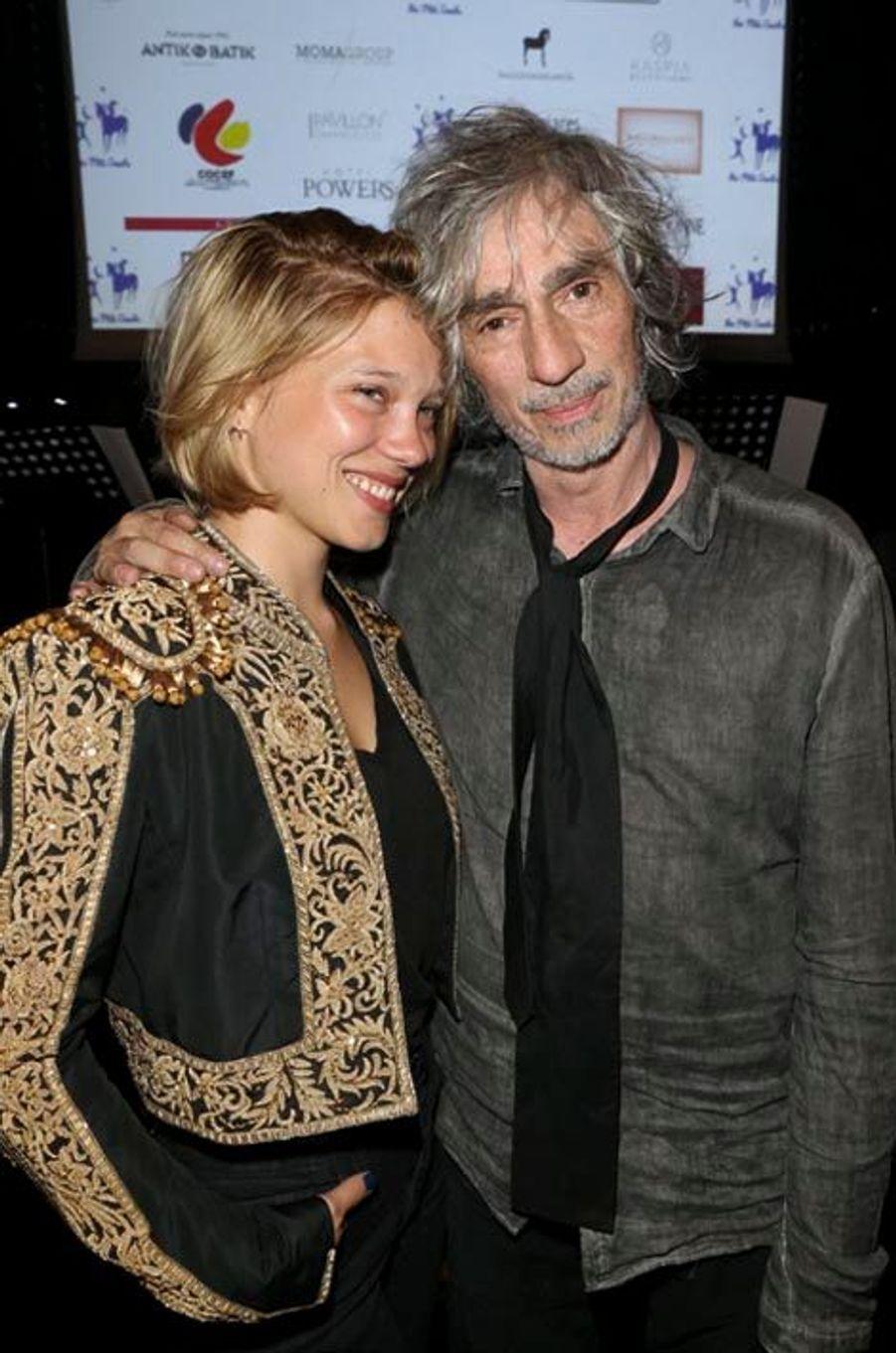 Léa Seydoux (en Ralph Lauren) et Louis Bertignac ont chanté en duo « All You Need Is Love » des Beatles.
