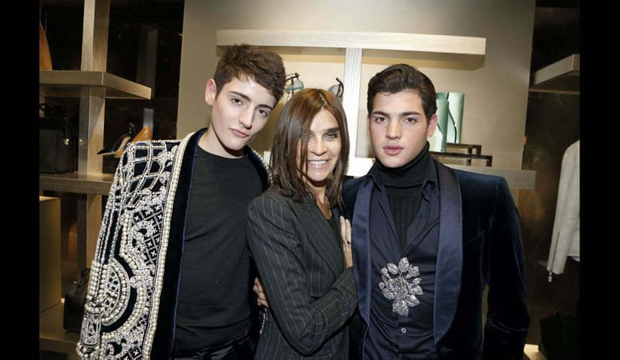 La styliste pose entre Peter et Harry Brant, fils de Stephanie Seymour, star des soirées branchées new-yorkaises.