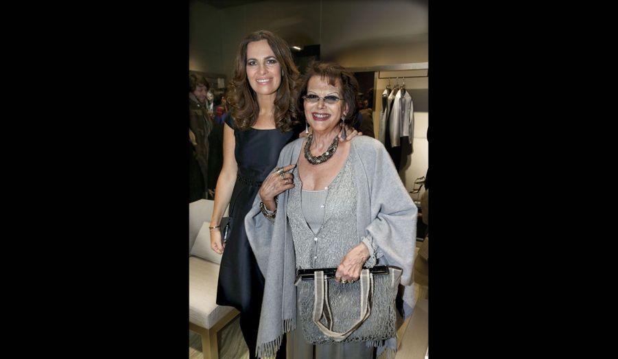 L'actrice, qui fait un peu partie de la famille est en compagnie de Roberta Armani.