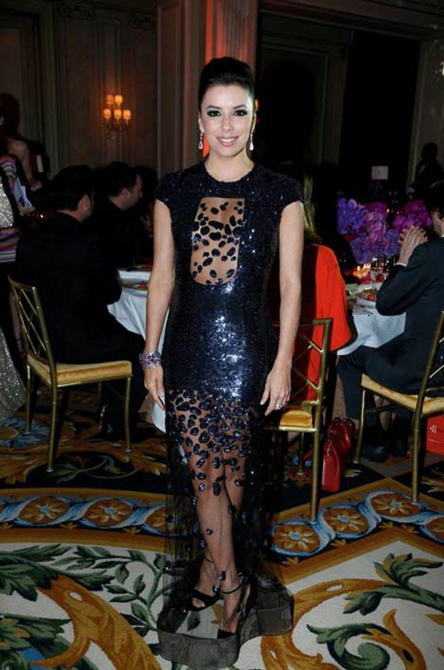 Egérie de L'Oréal, Eva Longoria, bijoutée Chopard, continue de se battre pour sa fondation.
