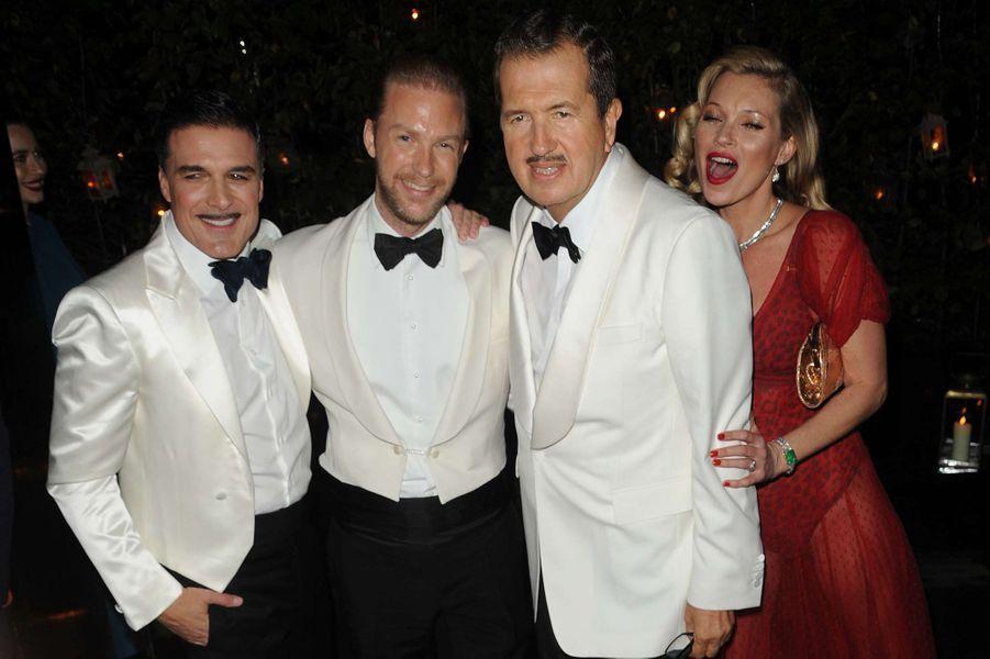 Mario Testino (le troisième en partant de la droite) et Kate Moss