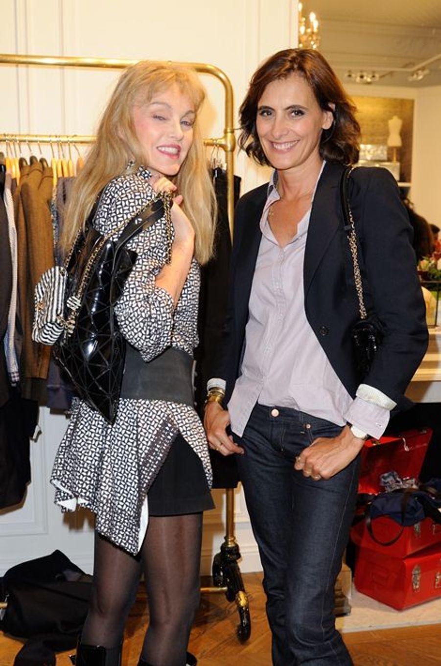 Inès de la Fressange lors du lancement de sa collection Uniqlo à Paris, le 3 septembre 2014, avec l'actrice et chanteuse Arielle Dombasle.