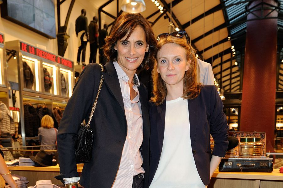 Inès de la Fressange lors du lancement de sa collection Uniqlo à Paris, le 3 septembre 2014, avec la journaliste et animatrice Sophie Brafman.