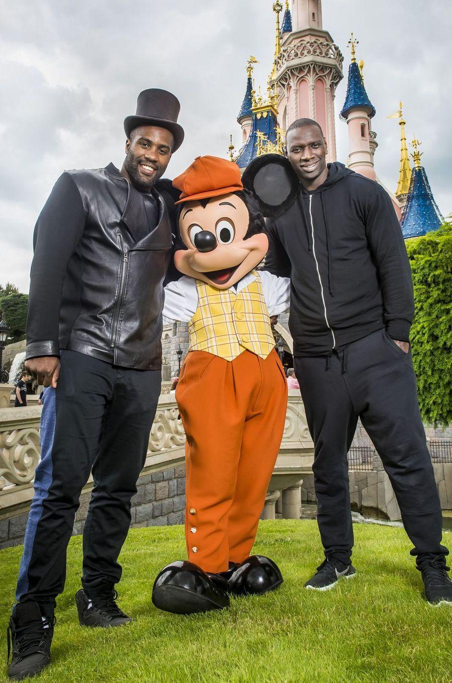 Teddy Riner et Omar Sy à Disneyland Paris.