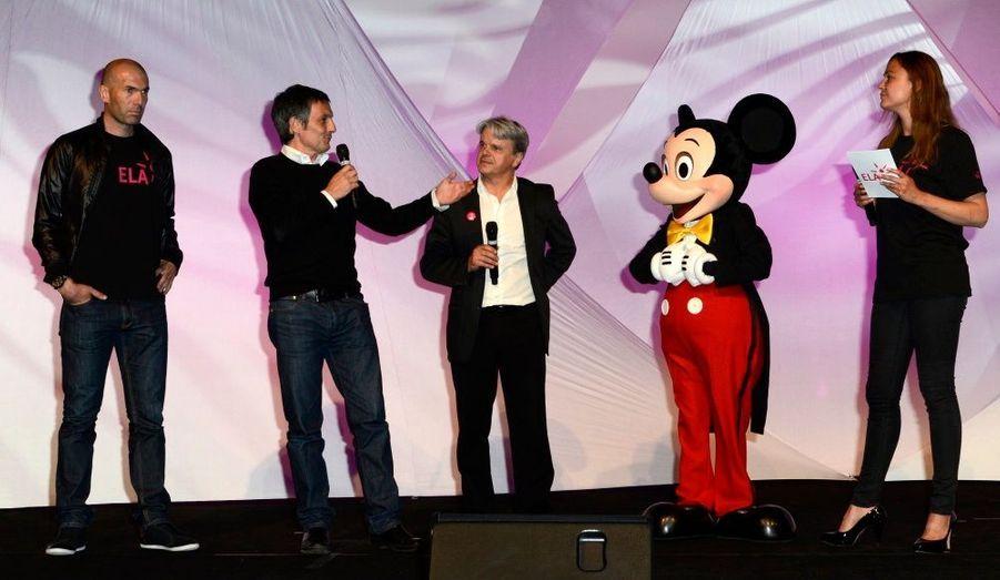 François Banon, Vice-Président de Disneyland Paris, Guy Alba, le président fondateur de l'association ELA, et Sandrine Quétier en compagnie de Mickey.