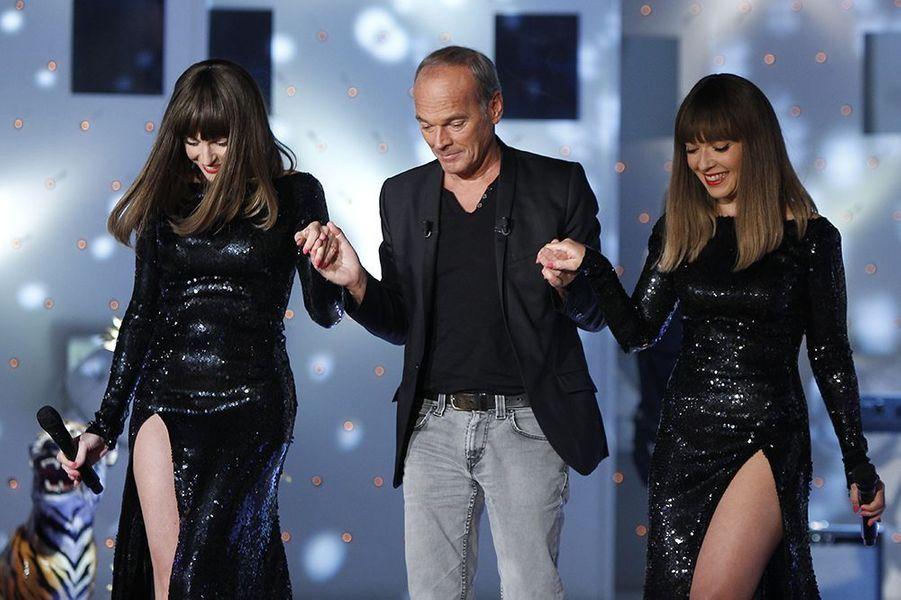 """Laurent Baffie accompagne le groupe Brigitte sur le plateau de l'émission """"Vivement dimanche"""" le 22 octobre 2014"""