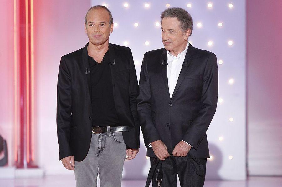 """Laurent Baffie et Michel Drucker sur le plateau de l'émission """"Vivement dimanche"""" le 22 octobre 2014"""