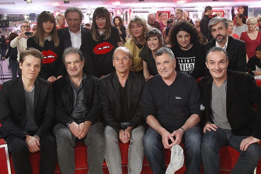 """Les invités de l'émission """"Vivement dimanche"""" réunis sur le plateau le 22 octobre 2014"""