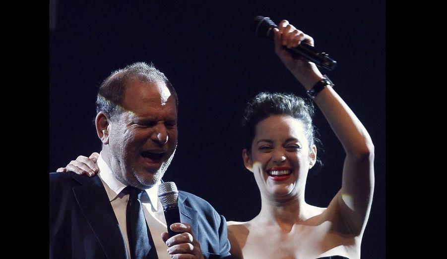 Marion Cotillard et le producteur et co-fondateur de Miramax, Harvey Weinstein, à leur tour en pleine vente... visiblement animée!