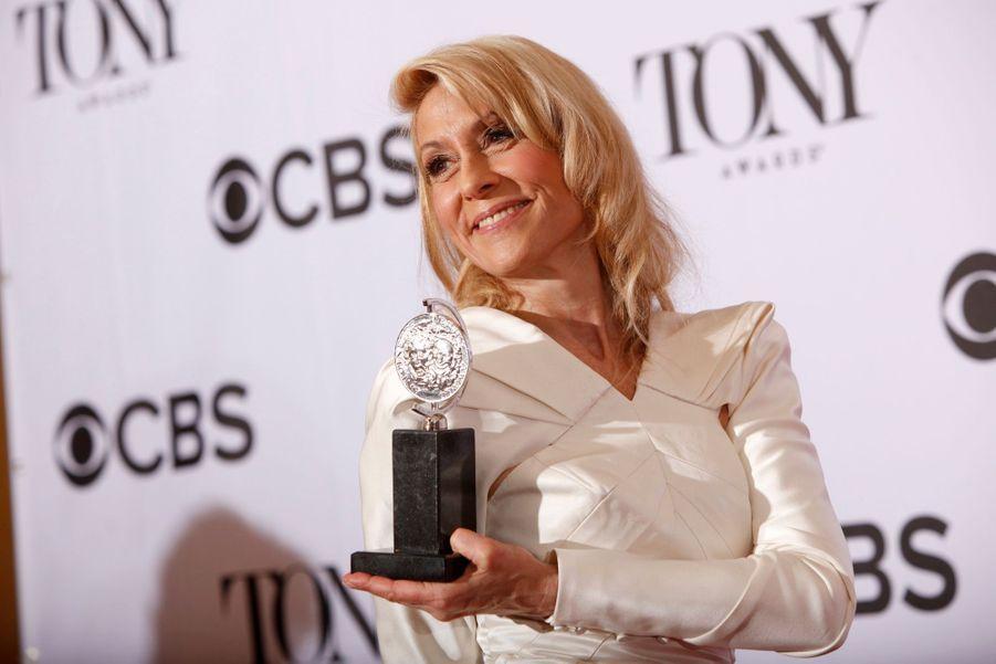 """Judith Light et son trophée de meilleure actrice pour la pièce """"The Assembled Parties"""""""
