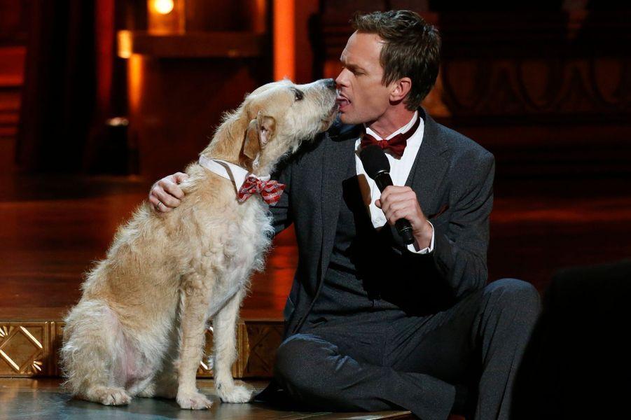 """Le maître de cérémonie et le chien de la pièce """"Annie"""""""
