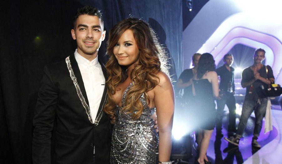 Demi Lovato et Joe Jonas se sont déchirés autant qu'ils se sont aimés. Après avoir rompu par téléphone avec Taylor Swift, le chanteur s'est mis en couple avec la star Disney, alors âgée de 17 ans. Mais une nouvelle fois, il a quelque peu manqué de tact en la larguant du jour au lendemain sans explication. Peu de temps après leur rupture, Demi Lovato, au plus mal, est partie en cure de désintoxication.