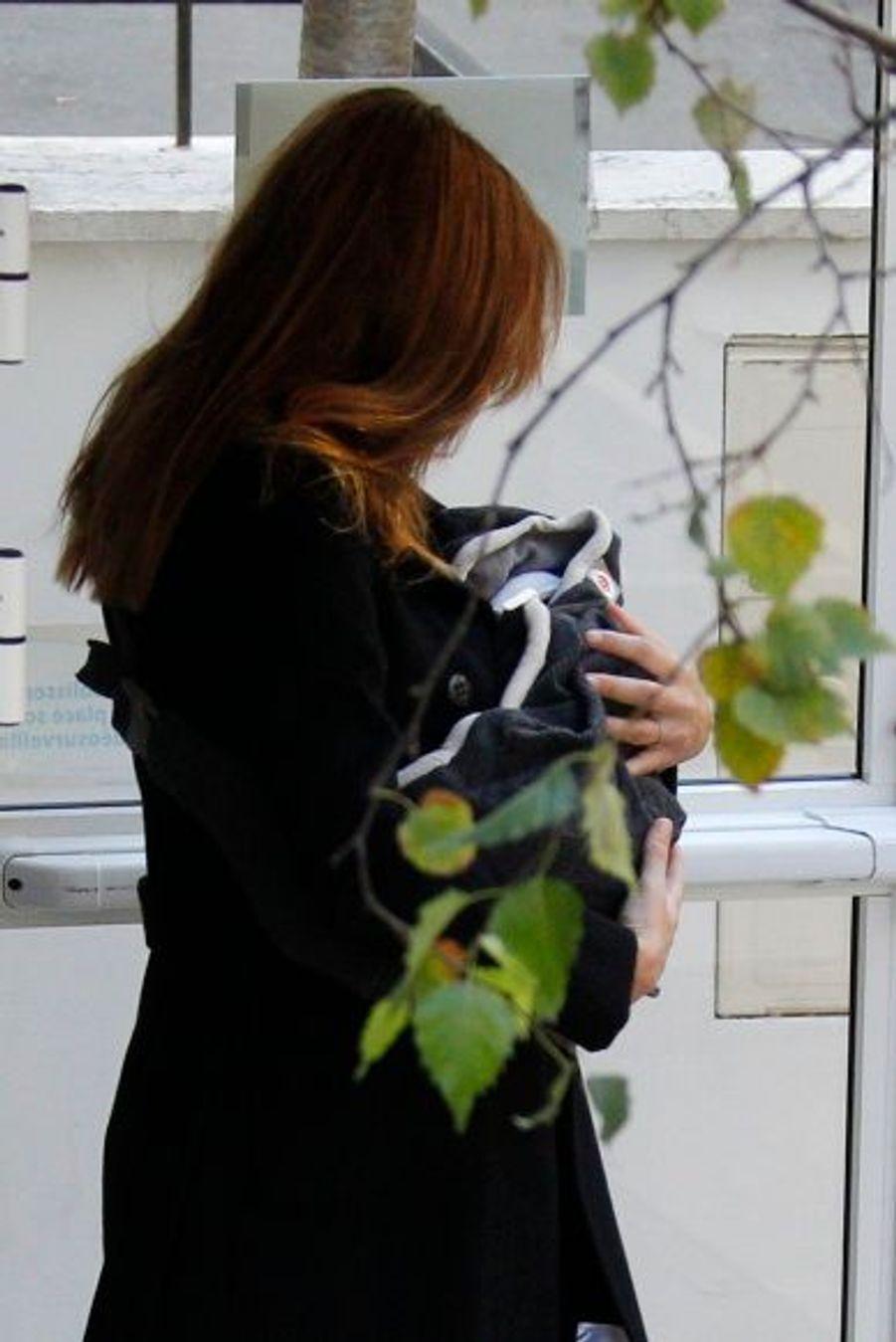 La Première dame, quittant la clinique parisienne de La Muette, le 23 novembre. Carla Bruni-Sarkozy a accouché de son deuxième enfant, Giulia, née de son mariage avec Nicolas Sarkozy.