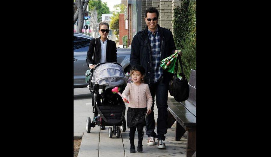 Jessica Alba, son mari Cash Warren et leurs filles Honor et Haven à Beverly Hills, en décembre. L'actrice a donné naissance à leur deuxième enfant le 13 août dernier.