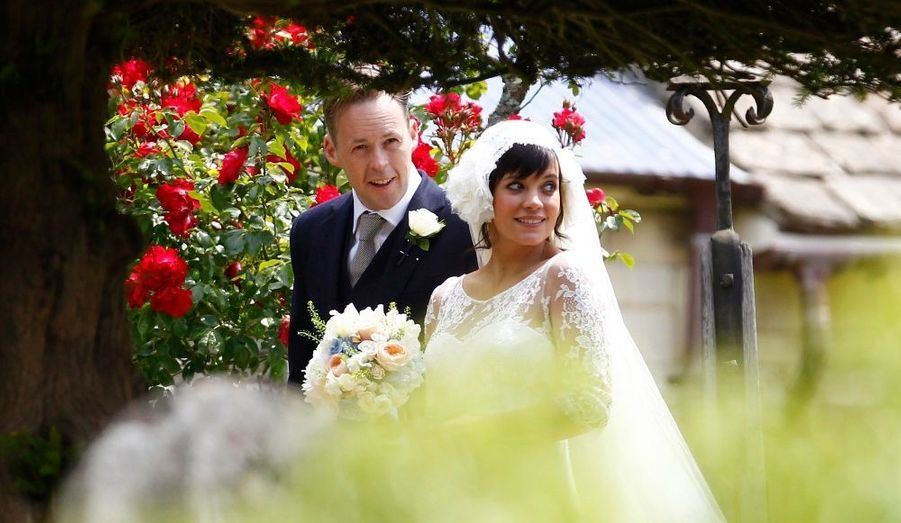 Enceinte, Lily Allen s'est mariée avec Sam Cooper en juin dernier. La chanteuse de 26 ans a donné naissance à une petite fille le 25 novembre. Elle a remercié ses fans pour leur soutien via Twitter, ne révélant cependant pas le prénom du bébé.