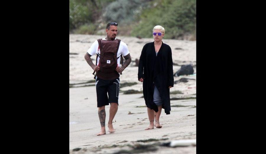 La chanteuse Pink et son mari Carey Hart, sur une plage de Malibu cet été. La star de 32 ans a donné naissance à une petite fille prénommée Willow, le 2 juin.