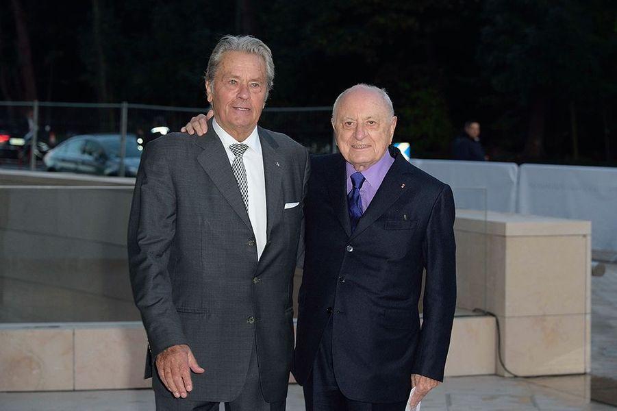 Alain Delon et Pierre Bergé à l'inauguration de la Fondation Louis Vuitton le 20 octobre 2014 à Paris