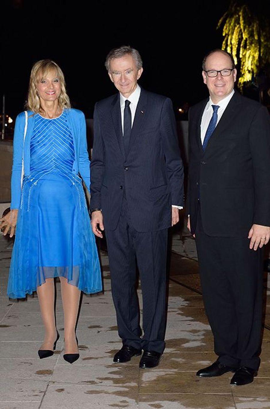 Bernard Arnault et son épouse, Hélène Mercier-Arnault, en compagnie du Prince Albert II de Monaco, à l'inauguration de la Fondation Louis Vuitto...