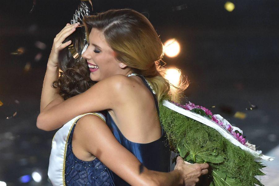 Iris Mittenaere, Miss France 2016, dans les bras de Camille
