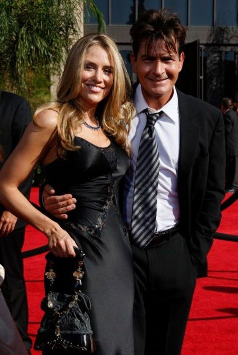Le 30 mai 2008, Charlie Sheen et Brooke Mueller se sont mariés. Ce fut le troisième mariage pour l'acteur et le premier pour la jeune femme. Les jumeaux du couple, Bob et Max, sont nés le 14 mars 2009. Le 1er novembre 2010, le divorce est déclaré pour cause de «différends irréconciliables».