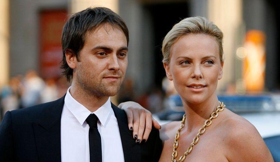 """Charlize Theron et Stuart Townsend ont commencé à se fréquenter en 2002 après s'être rencontrés sur le tournage de Trapped. Le couple a vécu à Los Angeles et en Angleterre. Ils avaient l'habitude de se dire """"marié"""", sans avoir eu de vraie cérémonie. """"Je n'ai pas besoin d'un certificat de l'Etat ou de l'Eglise. Je la considère comme ma femme et elle me considère comme son mari,"""" déclarait-il. Au retour d'un séjour au Mexique en janvier 2010, la belle s'est séparée de l'acteur irlandais. Un ami du couple a alors confié: """"Stuart est effondré, mais Charlize a réalisé que leur relation était terminée. Ils avaient des rapports de frère et sœur, plus comme des amoureux""""."""