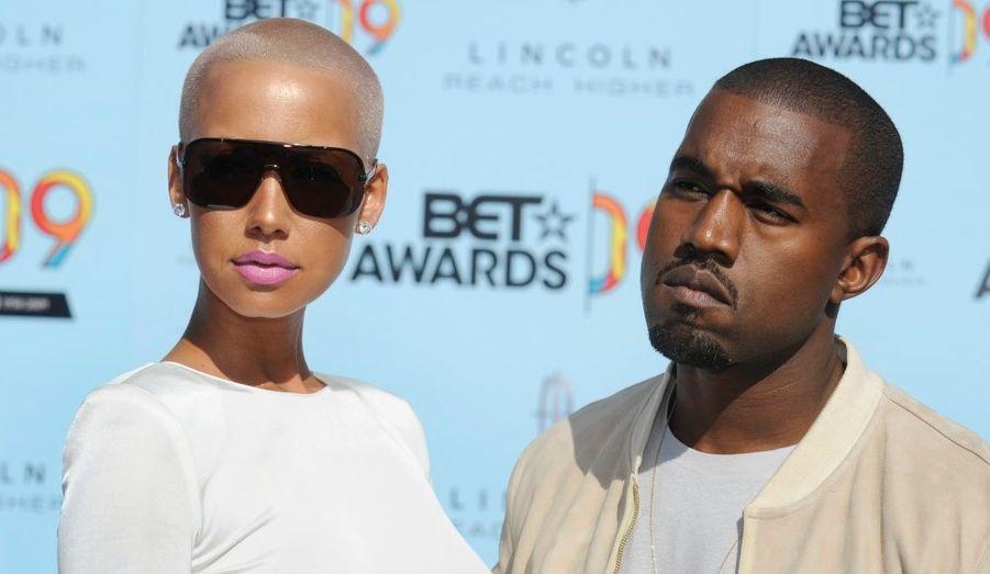 """Le rappeur et la reine du style ont eu une relation de 2008 à l'été 2010. """"Ils sont toujours bons amis, a confié une source proche du rappeur. Kanye, qui est à Hawaï, est bien occupé à préparer l'album qui marquera son grand retour et a dû mettre un terme à sa relation."""" Un énième retour de flamme n'est cependant pas impossible : """"Ça ne me surprendrait pas de les voir à nouveau ensemble la semaine prochaine"""", a expliqué un autre indiscret. Amber Rose a été cependant aperçue dans un bar de New-York, flirtant avec Reggie Bush, l'ex de Kim Kardashian."""