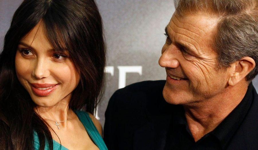 Le 28 avril 2009, l'acteur est apparu sur le tapis rouge aux côtés d'une pianiste russe, Oksana Grigorieva. Le 30 octobre 2009, une fille prénommée Lucia est née de cette union. En avril 2010, le couple s'est séparé. En juin, l'ex-épouse a déposé une injonction contre Mel Gibson pour l'éloigner d'elle et de leur enfant. En réponse aux allégations proférées par Oksana Grigorieva à propos d'un incident de violence conjugale survenu en janvier 2010, le ministère du Los Angeles County Sheriff's a lancé une enquête de violence domestique au mois de juillet.