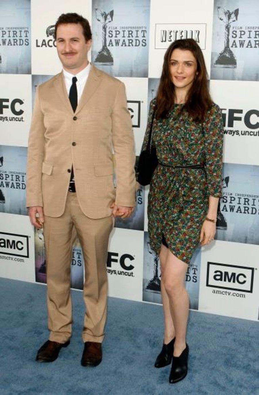 """Rachel Weisz a commencé à fréquenter le cinéaste et producteur américain Darren Aronofsky en 2001. Les fiançailles ont été célébrées en 2005. Leur fils, Henry Chance, est né le 31 mai 2006 à New York. Mais le 9 Novembre 2010, le couple a annoncé qu'ils sont """"séparés depuis quelques mois"""", cependant ils """"restent des amis proches et se sont engagés à élever leurs fils ensemble à New York""""."""