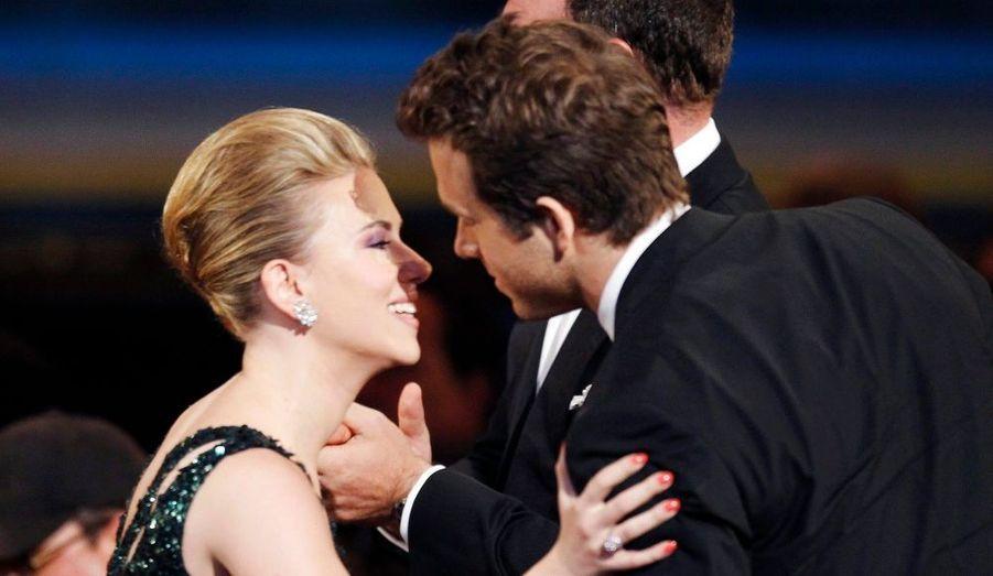 """C'était l'un des jeunes couples les plus glamours d'Hollywood. Ryan Reynolds, 34 ans, et Scarlett Johansson, 26 ans, se sont séparés en décembre 2010, après deux ans de mariage. L'actrice de """"Match Point"""" aurait même recherché un nouvel appartement à New York. """"Après un long moment de concertation, nous avons décidé de mettre fin à notre mariage"""", a expliqué le communiqué commun. """"Nous avons commencé notre relation avec amour et c'est avec amour et tendresse que nous nous quittons""""."""
