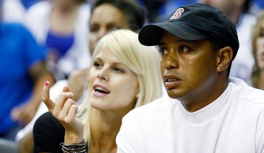 Tiger Woods et sa femme Elin Nordegren se sont mis d'accord sur une entente liée à leur divorce en juillet 2010. D'après l'acte de séparation, les clauses ont prévu que, le joueur de golf devrait tenir éloignés ses enfants de ses futures copines et que seules les femmes mariées auraient le droit de se trouver en présence de Woods et de ses enfants. Son ex-femme ne devrait par contre rien dire sur les aventures présumées de son ex-mari, en l'occurrence pas loin de 20 femmes.