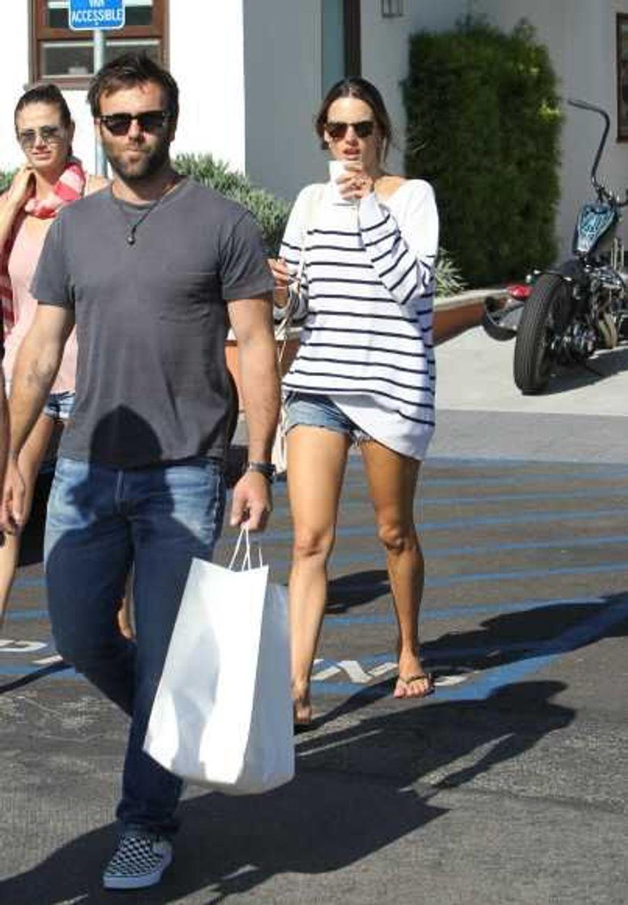 Elle a été aperçue avec son fiancé Jamie Mazur en train de faire du shopping.