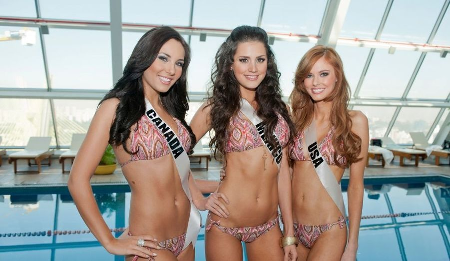 Les Miss Univers à la piscine