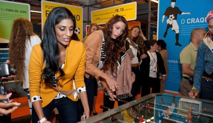 Les Miss Univers font du baby-foot